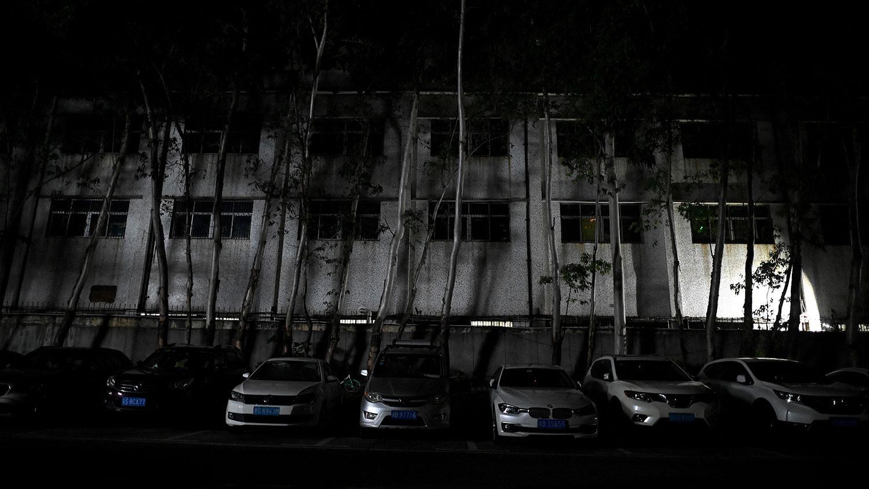 2021 年 9 月 30 日,广东省东莞市厚街的一座工业园区的建筑,该地区受到电力限制。(法新社)