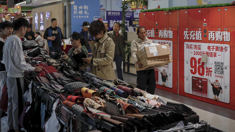中国民众在市场购物。经济学家表示中国经济增长缓慢。(美联社)