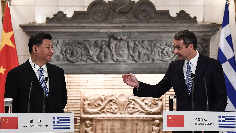 2019年11月11日,中国国家主席习近平与希腊总理米佐塔基斯参加了联合媒体会议。(美联社)