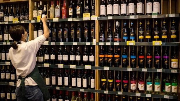 外媒称中国将在本周五(6日)宣布禁止进口澳大利亚红酒、龙虾等至少七类产品,而澳方也不甘示弱加入四方军演,展现对抗北京的决心。图为北京一家商场的工作人员在整理澳大利亚葡萄酒。(法新社)