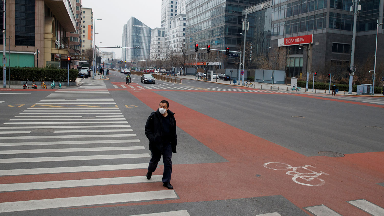 世界银行的经济报告预计,武汉肺炎疫情将导致东亚及太平洋地区发展中经济体,以及中国的经济增长大幅放缓。图为,2020年2月24日,一个男人在北京中央商务区的一条街道上。(路透社)