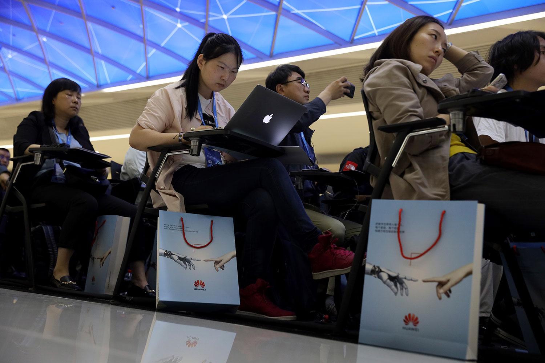据新浪财经头条报道,2018年12月10日,深圳科技企业梦派科技官网发文声援华为:购买苹果手机要处罚。公司董事长刘丹说,现已有十几名员工新换手机都用国产了,全国企业都要声援华为。图为2019年5月15日,记者北京参加华为新软件产品活动。(美联社)