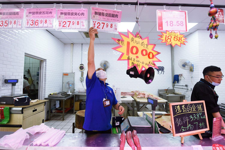 图为,2020年5月12日,杭州一家超市内的猪肉柜台上标价。(路透社)