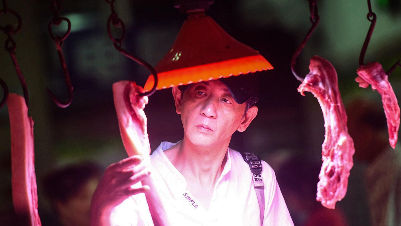 2019年9月10日,杭州市场一名顾客在挑选猪肉。(法新社)