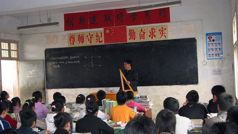 图为安徽省明川市,农民工子女在第一批特殊计划的学校中学习。(法新社)
