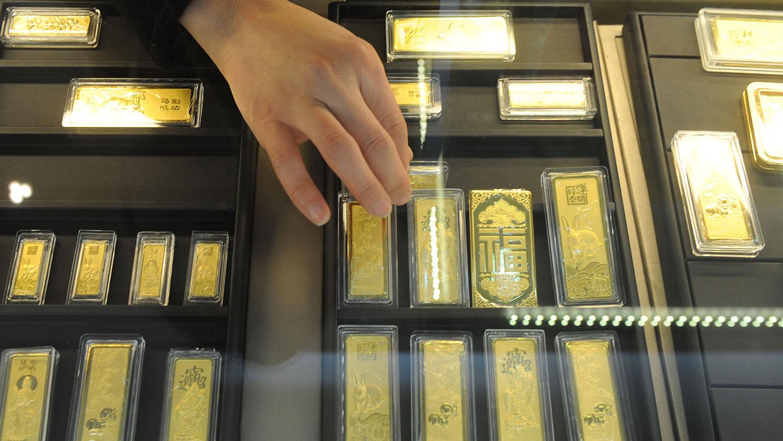 香港黄金经销透露,近期不少个人投资者选择把他们的黄金储存运出香港, 转移至新加坡和瑞士等国家,涉及的金额达数百万美元。(资料图/法新社)