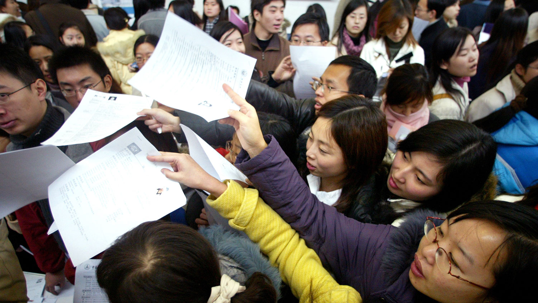 毕业生仍然渴望投身公务员行列(路透社资料图片)