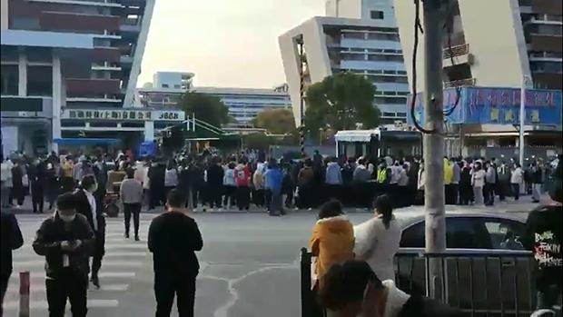 上海苹果代工厂爆劳资纠纷 千人抗议(photo:RFA)
