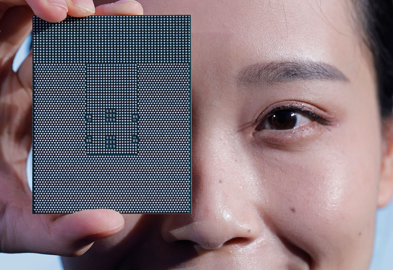 华为手机大部分主要芯片,都是靠美国公司、或是与美国科技公司有关的厂家供应。图为2019年1月7日,华为深圳总部发布其服务器芯片鲲鹏920。(美联社)