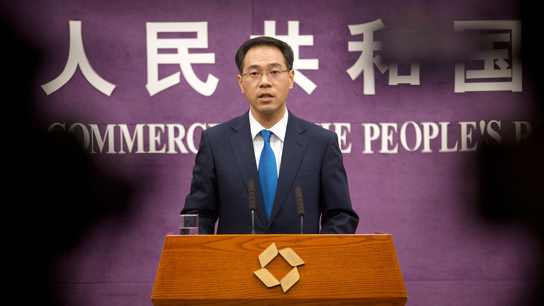 图为,2018年3月29日,中国商务部发言人高峰在记者会上谈中美贸易纠纷。(美联社)