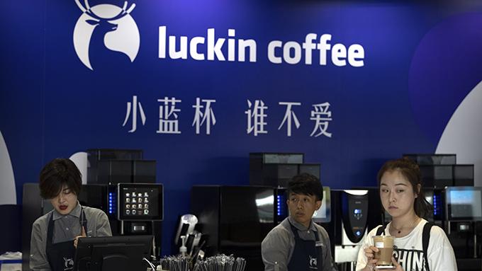 北京的一家瑞幸咖啡店(美�社)