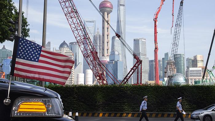 美国领事馆的车辆抵达贸易官员在上海下榻的酒店(美联社)