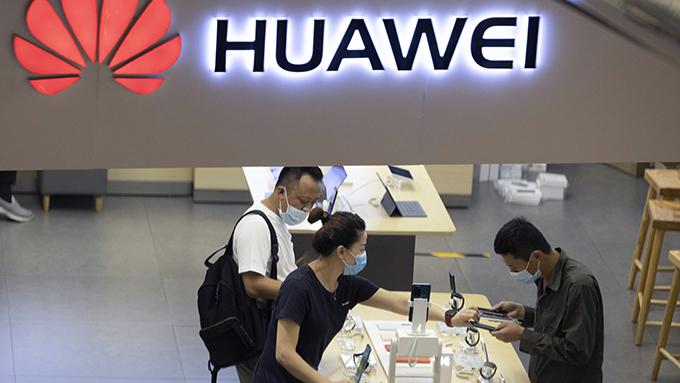 中国华为公司设在北京的一家商店正在销售手机产品(美联社)