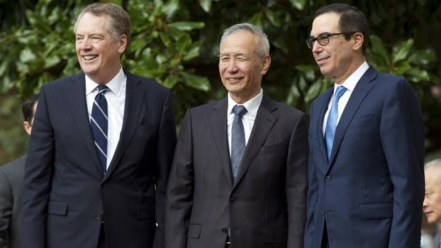 中国副总理刘鹤(中)与美国贸易代表莱特希泽(左)和美国财政部长姆努钦(右)2019年10月10日在华盛顿举行会谈。(美联社)