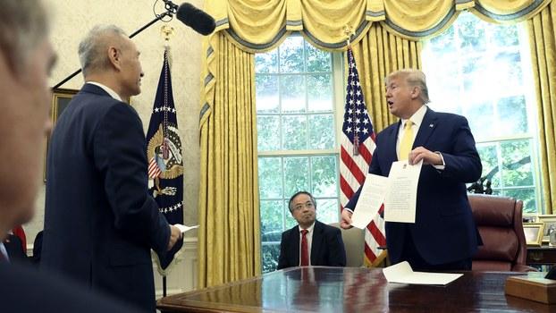 美国总统特朗普(右)2019年10月11日会见中国副总理刘鹤(左)(美联社)