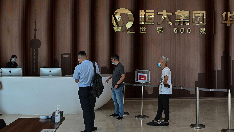 2021 年 9 月 22 日,人們在上海恆大中心大樓內。(法新社)