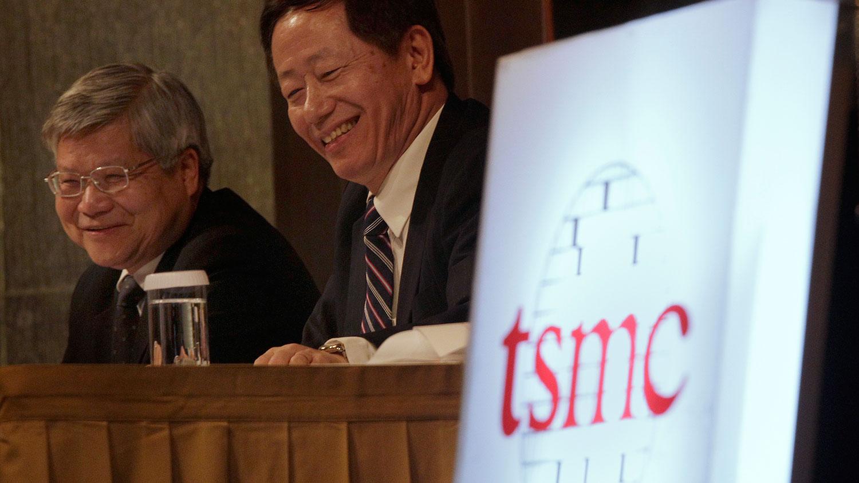 资料图片:台积电总裁魏哲家(左)和台积电董事长刘德音参加台北的投资会上。(路透社)