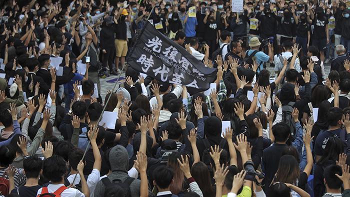 """2019年11月6日,香港大学的学生在校园内再次表达""""五大诉求""""。短视频平台""""抖音""""很少登载相关信息。(美联社)"""