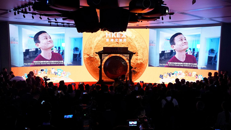 图为,2019年11月26日,阿里巴巴联合创始人马云在香港香港交易所(HKEX)的上市仪式上亮相。(路透社)
