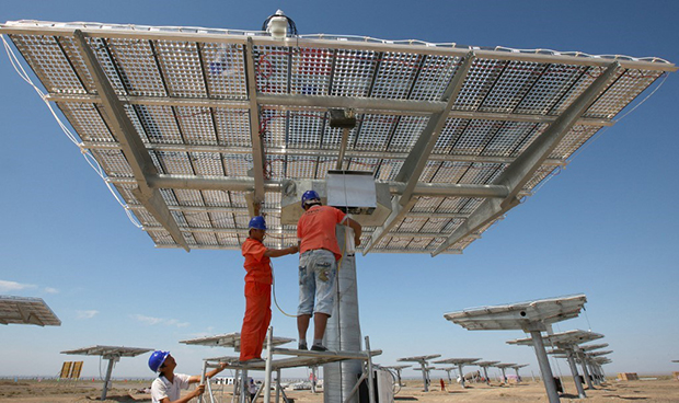 工人在新疆哈密測試太陽能板(法新社)