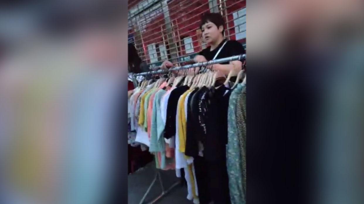 贵州天水,一女商贩在路边兜售服装。(志愿者提供/记者乔龙)