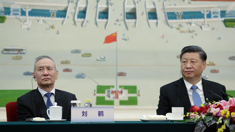 2019年11月22日,中国国家主席习近平和副总理刘鹤在北京人民大会堂出席2019创新经济论坛。(美联社)
