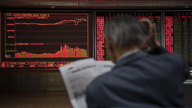 美國總統特朗普宣佈本週五提高中國商品關稅後,中國股市在週一收盤出現大幅下跌。圖爲2019年5月6日,一股民在北京一家證券公司。(AFP)