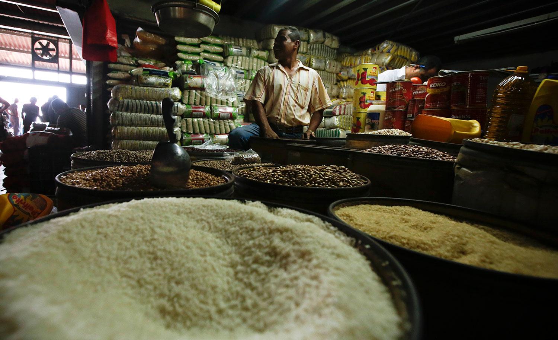 美国是世界粮食最大出口国,而中国则是世界最大的粮食进口国。图为美国佛罗里达州巴拿马城,一大米推销员在一家超市。(AP)