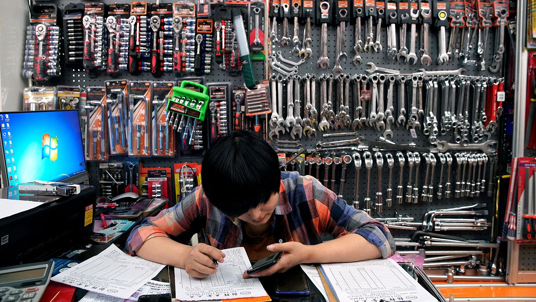 加关税后中国制造业雪上加霜。 图为2019年5月10日,中国浙江省义乌市义乌批发市场一工作人员在销售工具摊位。(路透社)