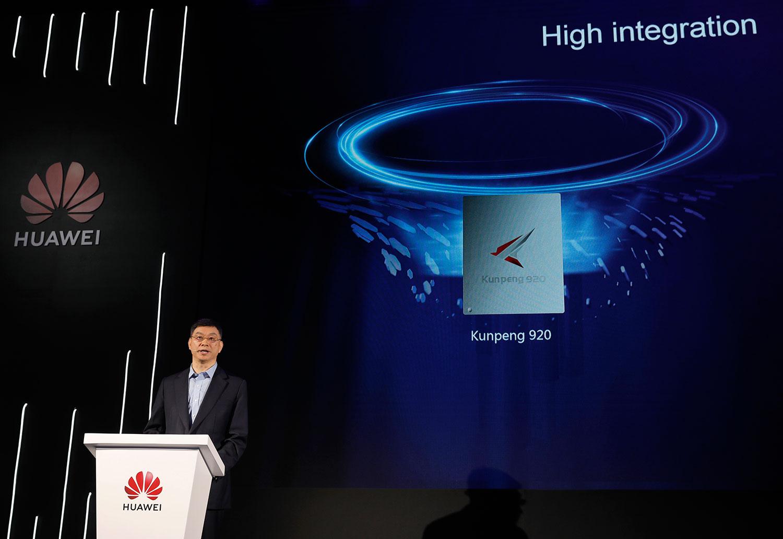 2019年1月7日,华为公司董事、战略研究院院长徐文伟在中国深圳总部发布其服务器芯片鲲鹏920。(美联社)