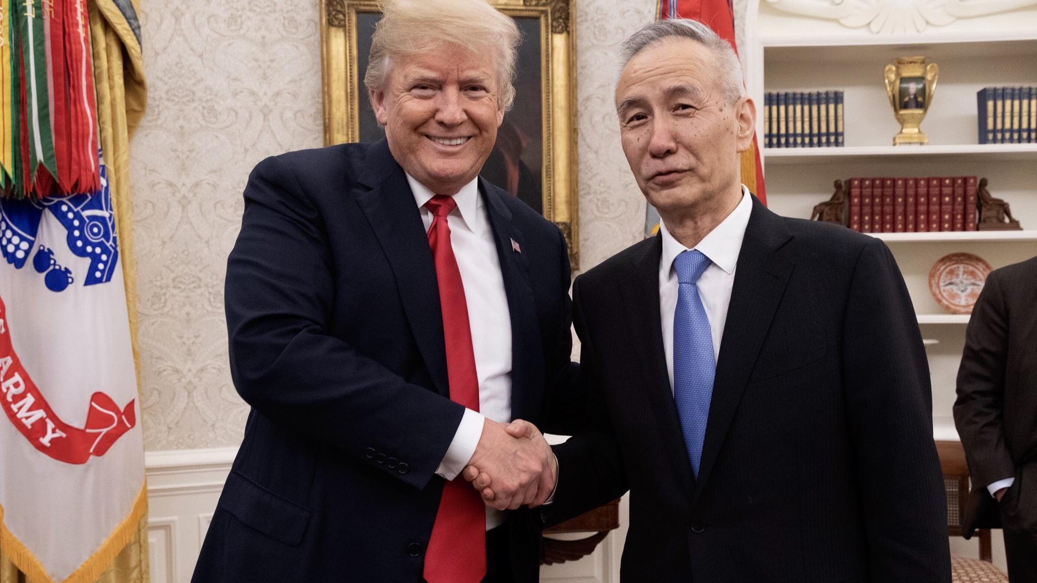 美国总统特朗普(左)会见中国副总理刘鹤。(特朗普官方推特帐号)