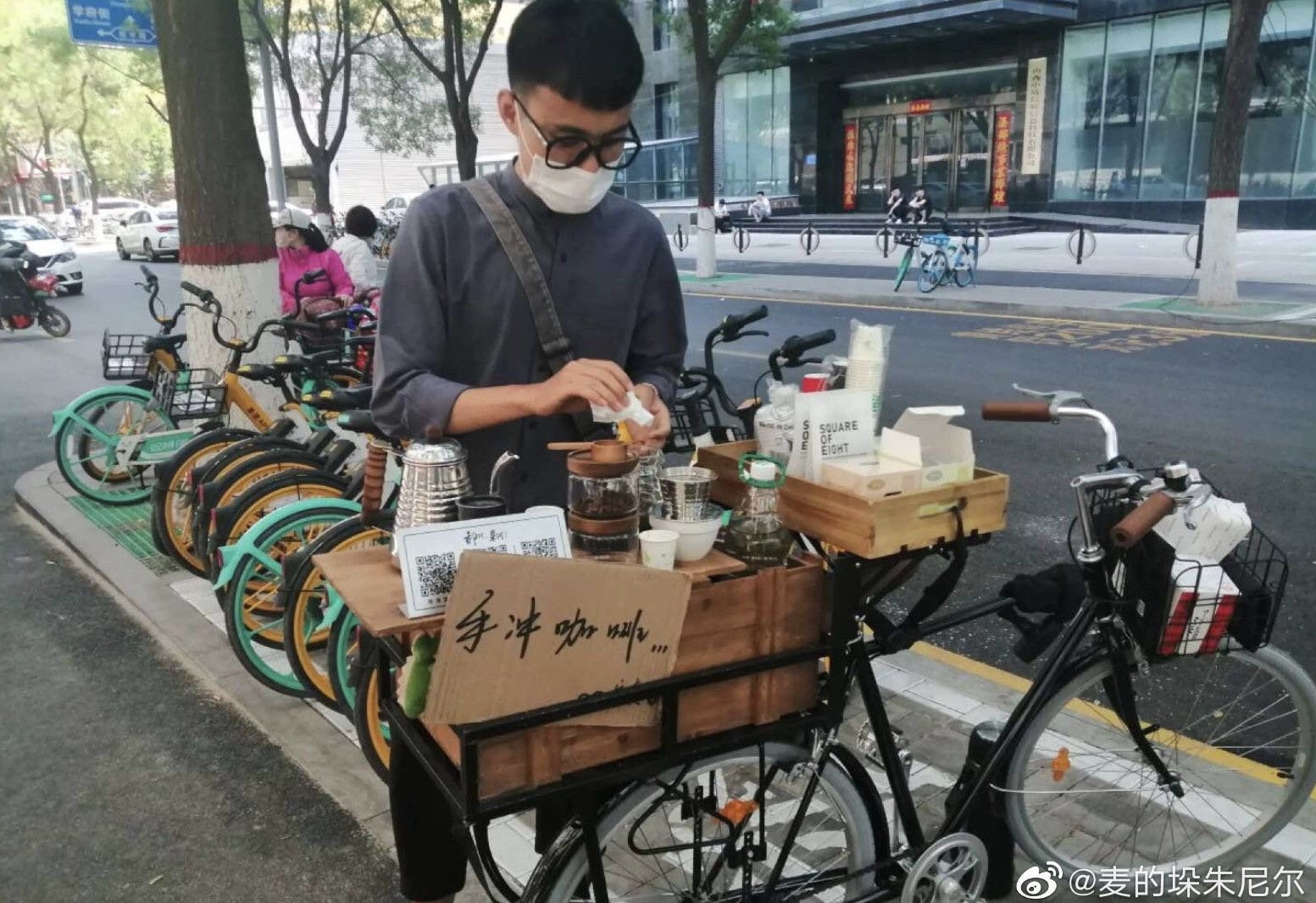 一年轻人在街头摆起了咖啡摊档。(网络图片/乔龙提供)