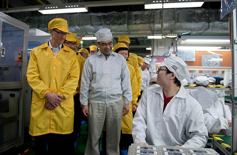 2012年3月28日,库克(左)在郑州富士康工厂参观iPhone生产线。(资料图/法新社)