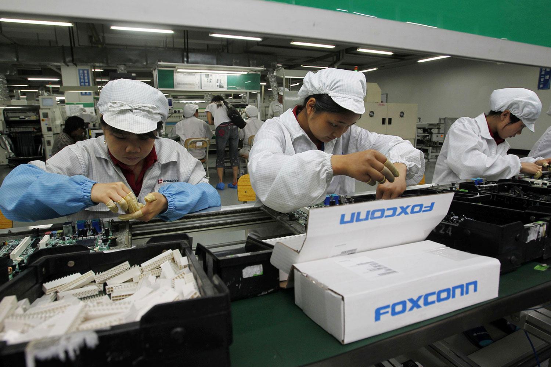 深圳富士康综合大楼工作人员在iPone生产线上工作。(法新社)