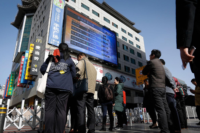 民众认为,受中美贸易战影响,中国经济下滑,国库不足,政府试图通过公务员炒股,稳定金融市场。(资料图/美联社)