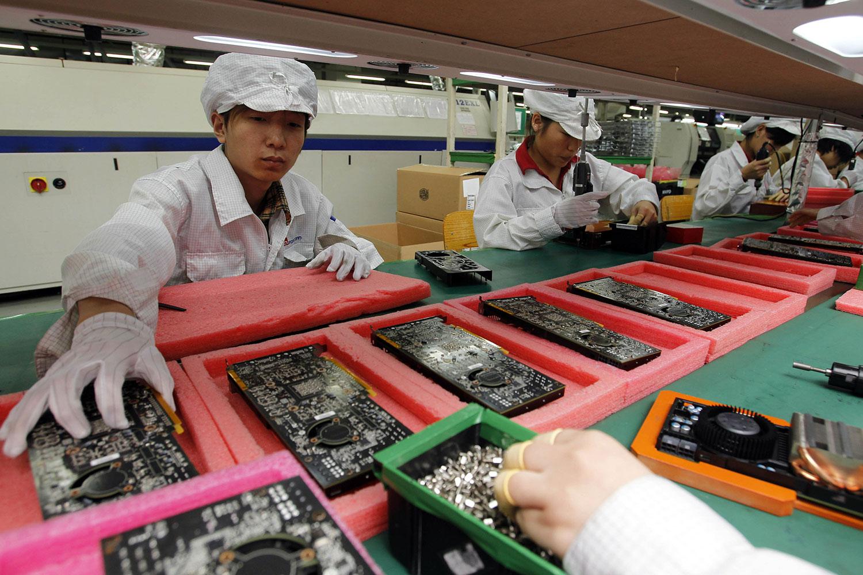 《日经亚洲评论》2019年6月19日报道,美国苹果公司已经要求主要供应商评估将15%至30%产能移出中国,转至东南亚。图为深圳富士康综合大楼工作人员在生产线上工作。(美联社)