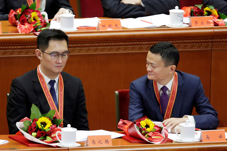 资料图片:2018年12月18日,中国改革开放40周年庆祝大会上,阿里巴巴集团董事局主席马云(右),腾讯公司董事会主席兼首席执行官马化腾。(路透社)