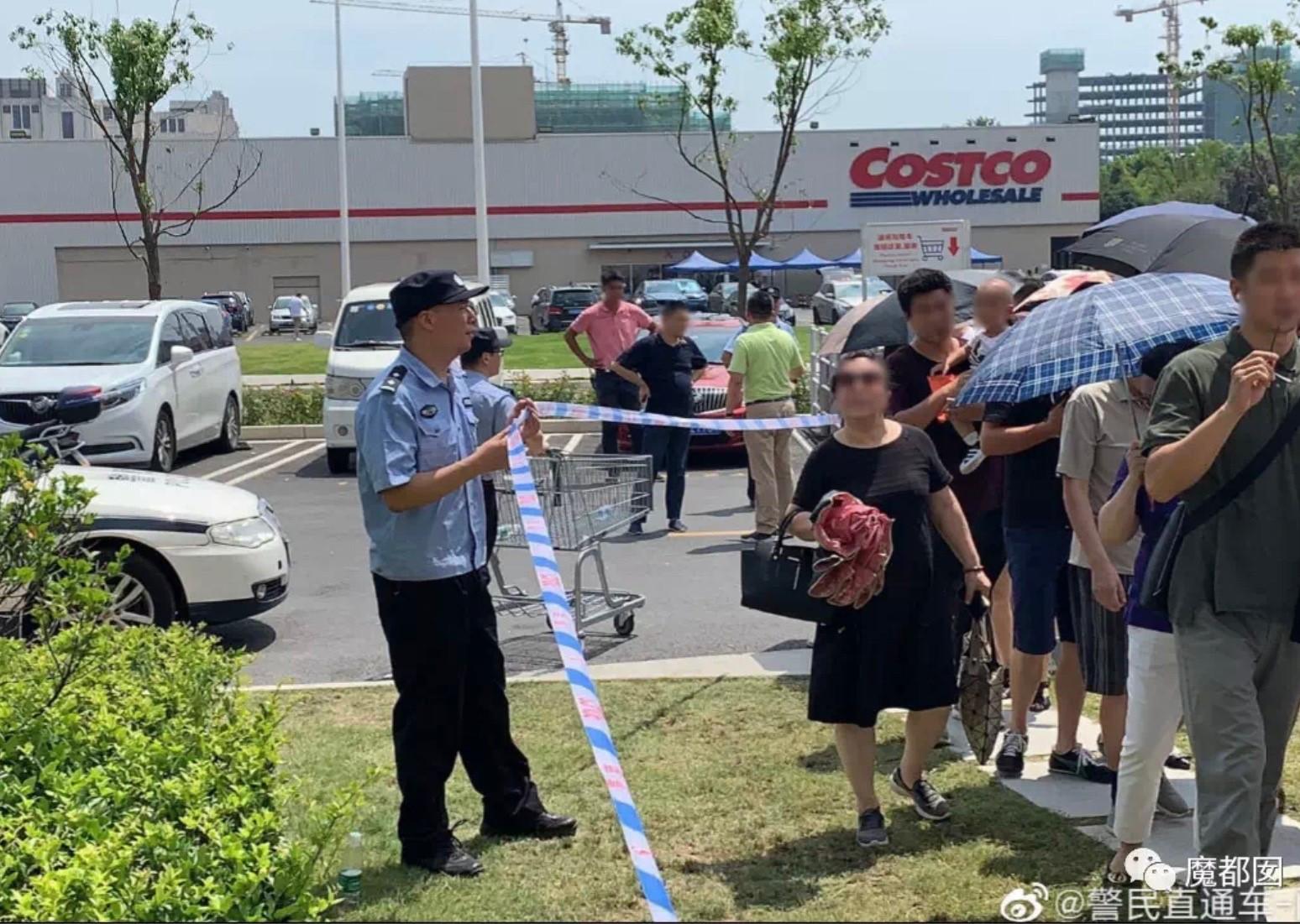 2019年8月27日,开市客(Costco)开店当天,保安员正在疏导人流。(微博图片/乔龙提供)