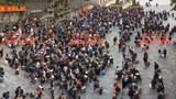 2020年10月20日,在广西中越边境友谊关,聚集了近千名中国技术人员,他们打算前往越南打工。(社媒视频截图)