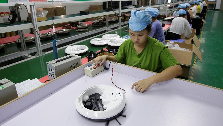 据公开数据显示,深圳民营企业达三百多万家,其中八成属于高新技术企业。图为2019年8月9日,一名员工在深圳松泰的机器人吸尘器工厂生产线上工作。(资料图/路透社)