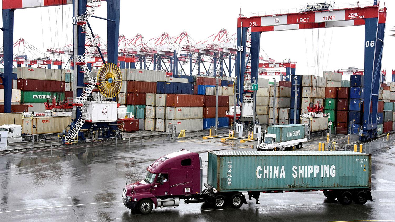 美国总统特朗普已经批准美中第一阶段贸易协议,避免了原定本周日(12月15日)生效,对价值1600亿美元的中国货加征关税。(资料图/路透社)