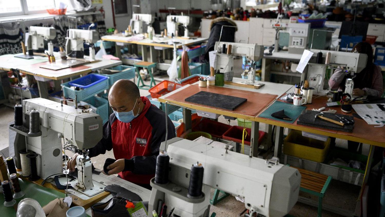 疫情期内,就业指数亦录得有纪录以来最低,主要由于员工流动受到限制,令厂商普遍面临人力短缺的问题。图为,2020年2月27日,工人浙江温州一家鞋业有限公司厂房内缝制鞋类零件。(法新社)