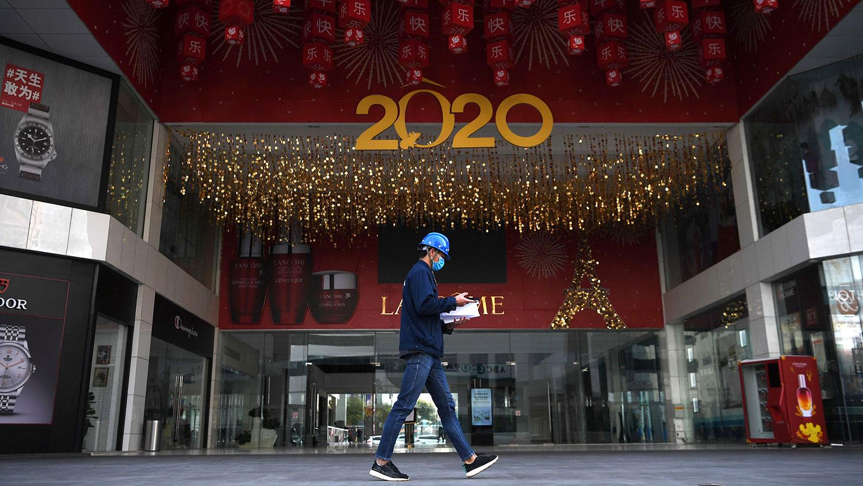 中国持续一个多月的封城封路措施导致零售市场一片萧条。图为,2020年2月23日,云南省昆明市一家购物中心。(路透社)