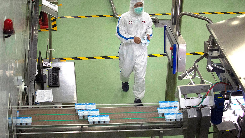 3月份采购经理指数回升至临界点以上是2月份大幅下降后的反弹,更多反映的是一半以上的调查企业复工复产情况比上月有所改善。统计局表示,这并不能代表中国经济运行已恢复正常水平。图为,一名工人在北京蒙牛乳品厂监控生产线。(美联社)