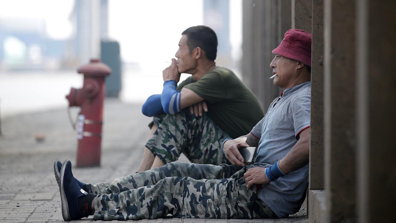 2019年5月16日,工人在天津港附近的物流中心外休息。(路透社)