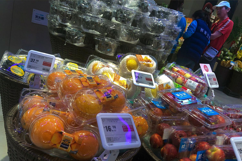 2019年5月14日,北京一家超市摆放的水果。(美联社)