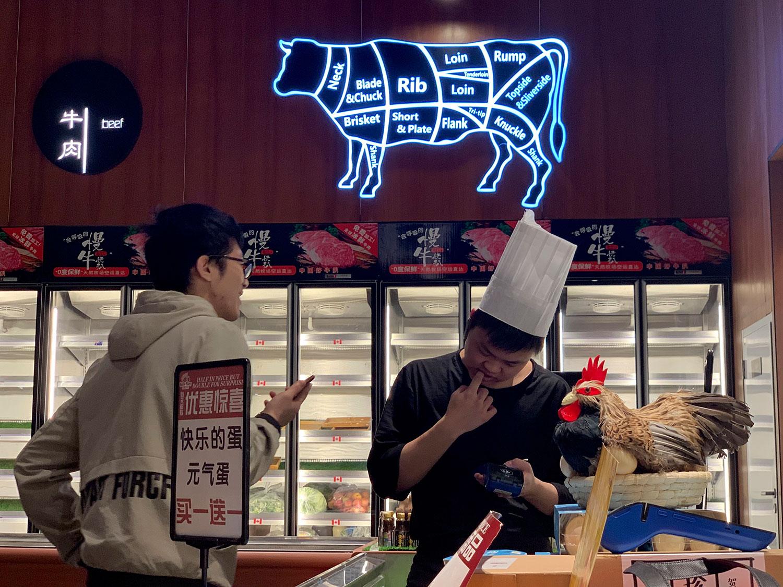 民众担心如果美中贸易战持续下去,居民生活消费品价格还会上涨,百姓的处境会更艰难。图为2019年5月14日,北京一家超市。(资料图/美联社)