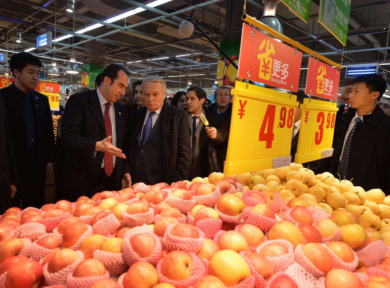 资料图片:2013年12月5日, 法国总理让-马克•艾罗(Jean-Marc Ayrault)(左三)访问北京时参观了一家家乐福商店。(法新社)