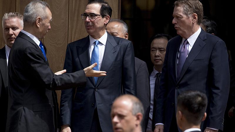 资料图片:中国副总理刘鹤(左)与美国贸易代表莱特希泽(右)(美联社)