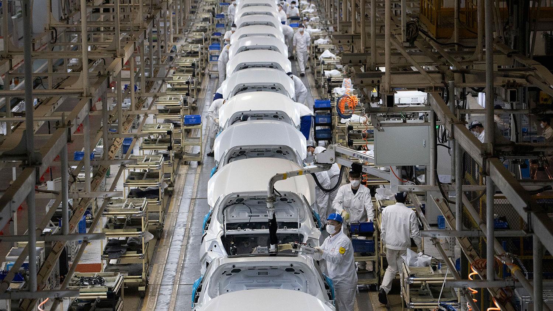武汉东风本田汽车厂工人在汽车装配线上工作。(美联社)